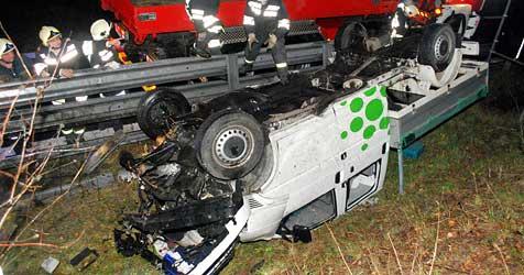 Wagen durch Luft katapultiert - vier verletzte Insassen (Bild: Einsatzdoku.at)