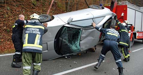 Insassen nach Pkw-Überschlag auf der B26 unverletzt (Bild: Einsatzdoku.at)