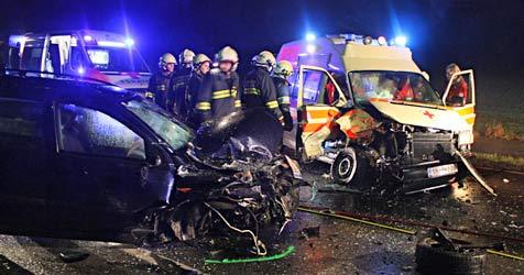 Alkolenker kracht in Rettungswagen - vier Verletzte (Bild: BFK Scheibbs)