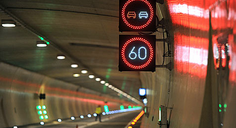 Lkw rollt mit Defekt nach Einfahrt in den Tauerntunnel aus (Bild: APA/BARBARA GINDL)