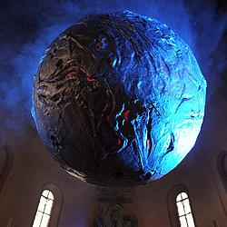 Weltgrößtes Weihrauchfass in deutscher Kirche (Bild: dpa/Ronald Wittek)