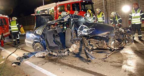 26-Jähriger bei schwerem Crash in Auto eingeklemmt (Bild: Herbert Wimmer/BFK Mödling)