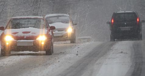 Schnee und Matsch: Autofahrer müssen auf der Hut sein (Bild: Peter Tomschi)