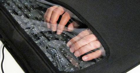 """""""Keyboard Quiet Cover"""" schützt vor zu lautem Anschlag (Bild: Thanko)"""