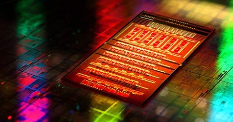 Neuer IBM-Chip überträgt Daten per Lichtimpuls (Bild: IBM)