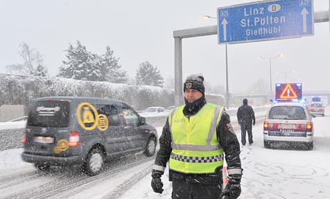Fahrverbot der A21 nacht acht Stunden wieder aufgehoben (Bild: APA/RENE VAN BAKEL)