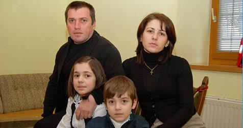 Familie wird nach acht Jahren  abgeschoben (Bild: KONRAD RAUSCHER)