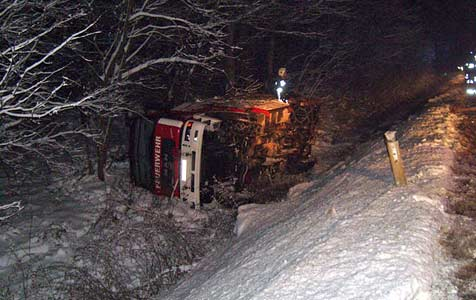 Rüstfahrzeug stürzt  nach Lkw-Bergung fünf Meter ab (Bild: FF Zwettl-Stadt)