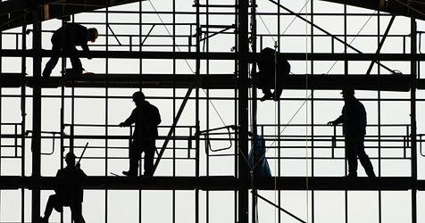 Jeder vierte Betrieb beschäftigt illegale Arbeitskräfte (Bild: dpa/Boris Roessler)