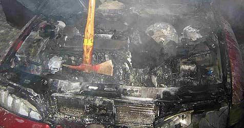 Lenker geschockt - Auto in Irnharting ausgebrannt (Bild: FF Gunskirchen)