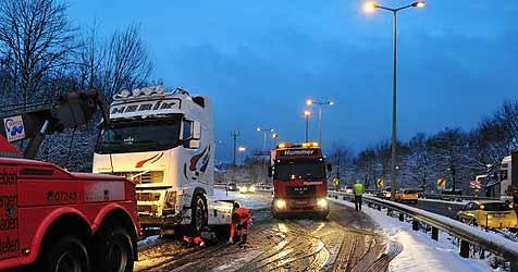 Schneechaos legt Verkehr im Land beinahe lahm (Bild: Foto Kerschi)