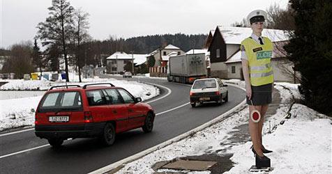 Tschechien setzt auf Papp-Politessen in Miniröcken