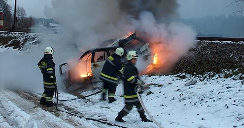Pkw kracht gegen Zug und brennt völlig aus (Bild: FF Bad Wimsbach-Neydharting)