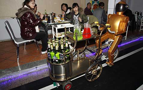 Erstes Roboter-Restaurant in China eröffnet (Bild: EPA)