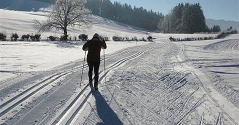 Hebamme fährt mit Langlaufskiern zur Geburt (Bild: AP)
