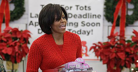 Michelle Obama half bei Suche nach dem Weihnachtsmann (Bild: AP)