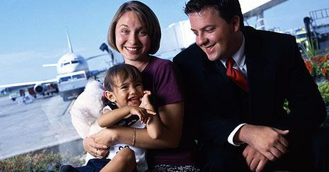 Wie der Flug für dein Kind angenehm wird (Bild: © 2010 Photos.com, a division of Getty Images)