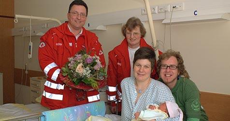 Baby Fiona hatte es eilig - Sanitäter halfen bei Geburt (Bild: Rotes Kreuz Eferding)