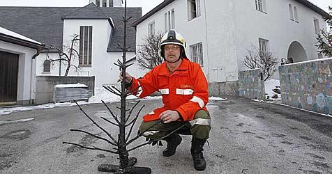 Geistlicher löscht Christbaum-Brand in Bürmoos (Bild: Markus Tschepp)