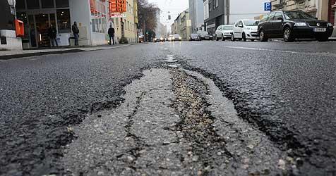 """Viele Linzer Straßen müssen nach Frost """"geflickt"""" werden (Bild: Chris Koller)"""