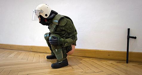 """Künstler provoziert mit """"pinkelnder Polizistin"""" (Bild: EPA)"""