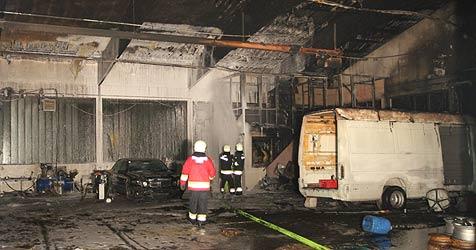 Großbrand zerstört Werkstatt in Wels - niemand verletzt (Bild: Matthias Lauber)