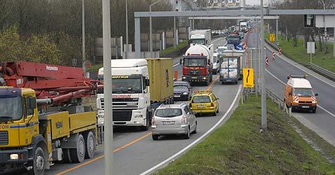 Umfassende Lkw-Maut soll Städte vor Verkehr schützen (Bild: Chris Koller)