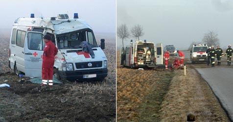 Rettungsauto verunglückt am Weg zum Einsatzort (Bild: Einsatzdoku.at)