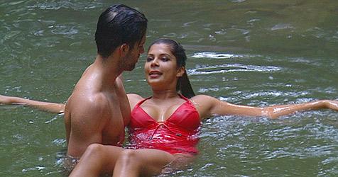 Zwischen Indira und Jay knistert und kribbelt es gewaltig (Bild: (c) RTL)