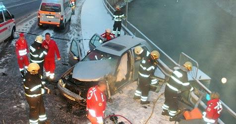 Mehrere Verletzte auf schneeglatten Fahrbahnen (Bild: FF Bad Ischl)