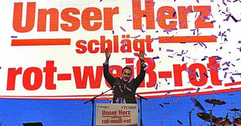 3.000 Anhänger lauschten Straches Rede in Vösendorf (Bild: APA/Herbert P. Oczeret)
