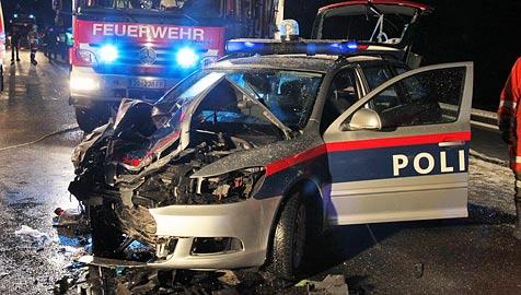 33-Jährige mit Pkw gegen Polizeiwagen gekracht - Not-OP (Bild: Andreas Kreuzhuber)