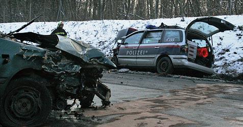 Frontalkollision von Pkw und Polizeiauto auf B37 bei Krems (Bild: Freiwillige Feuerwehr Krems)