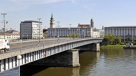 Nibelungenbrücke wird heuer zwei Mal zum Nadelöhr (Bild: Stadtarchiv)