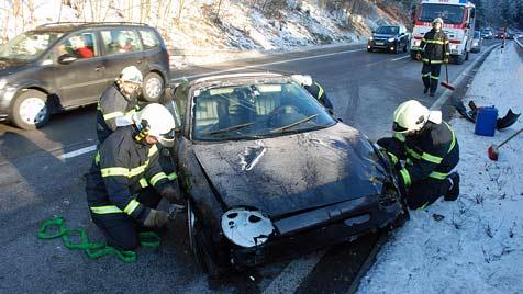 Autofahrerin kracht auf der S6 gegen Leitschiene (Bild: Einsatzdoku.at)