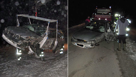 Pkw gestreift: Autos  landen im Acker,  Lenker verletzt (Bild: FF Groß Siegharts-Stadt)