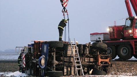 Alkolenker baut in Enns Unfall mit Streufahrzeug (Bild: FF Enns)