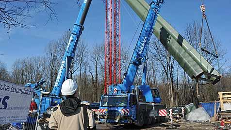 71-Tonnen-Träger für Salzach-Steg eingehoben (Bild: Wolfgang Weber)
