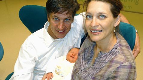 Julia und Tobias Moretti bekamen ihre Nachzüglerin (Bild: APA/privat)