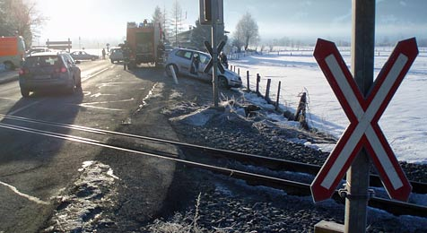 Pkw im Pinzgau mit Zug kollidiert - hat Rotlicht versagt? (Bild: Freiwillige Feuerwehr Piesendorf)