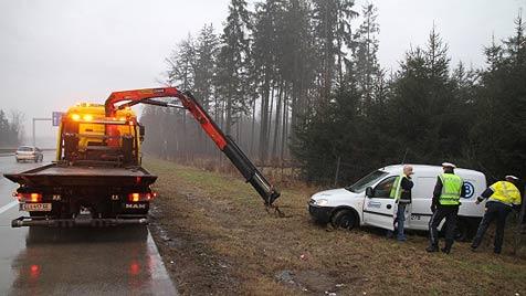 Auto von Fahrbahn geschlittert - Lenker bewusstlos (Bild: Matthias Lauber)