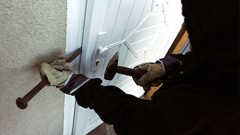 Gauner brechen Tür auf, flüchten aber dann ohne Beute (Bild: APA/HERBERT PFARRHOFER)
