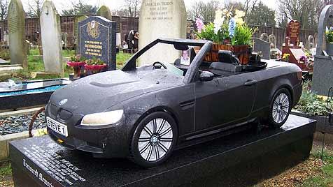 Britin bestattet Mann unter BMW-Cabrio-Grabstein (Bild: dpa/Julia Häglsperger)