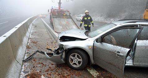 Unfall im dichten Nebel auf der S6 - Lenkerin verletzt (Bild: Einsatzdoku.at)