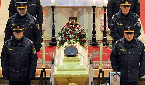 Bei Schusswechsel getöteter Polizist in St. Veit beigesetzt (Bild: APA/HERBERT PFARRHOFER)