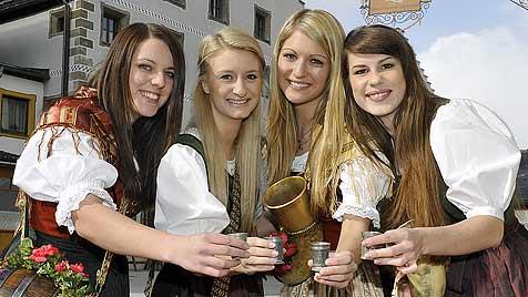 Marketenderinnen in Mauterndorf auf dem Laufsteg (Bild: Roland Holitzky)