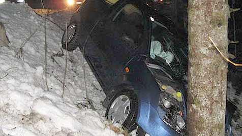 65-jährige Lenkerin prallt mit Auto gegen Baum (Bild: FF St. Agatha)