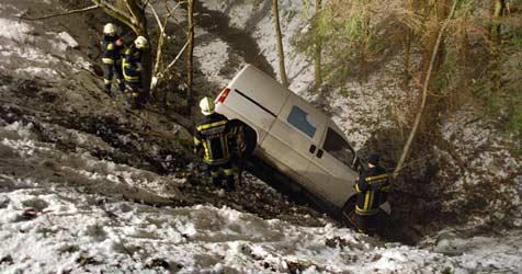 Transporter kommt von Straße ab und stürzt in Bachbett (Bild: Einsatzdoku.at)