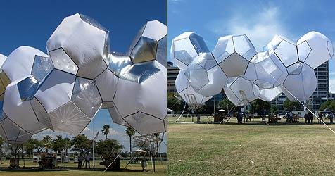 Kunstwerk in Australien vom Winde verweht (Bild: AFP)