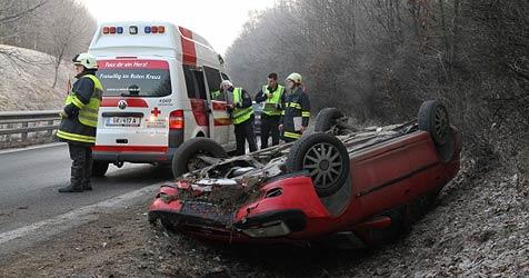 Auto schleudert aus Kurve und überschlägt sich (Bild: Matthias Lauber)